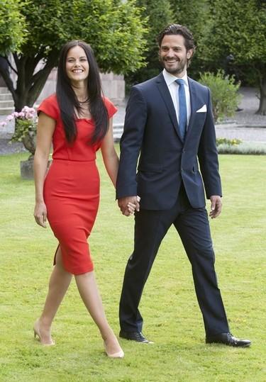 El príncipe Carlos Felipe de Suecia anuncia su futura boda vestido de azul