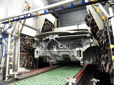 Ford Almussafes limpia sus coches con plumero antes de pintarlos