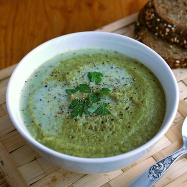 Crema de brócoli y calabacín con leche de almendras: receta saludable vegana