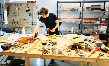 Molin Martin, fundador de Wintergatan, revisa sus herramientas.