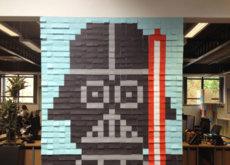 Escapando de la monotonía a través de ingeniosos murales con notas adhesivas