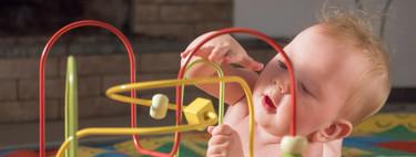 Motricidad fina en el bebé: cómo se desarrolla y qué ejercicios podemos hacer para estimularla
