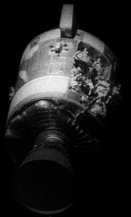 Módulo de servicio del Apolo 13 dañado, fotografiado desde el módulo de mando después de la separación.