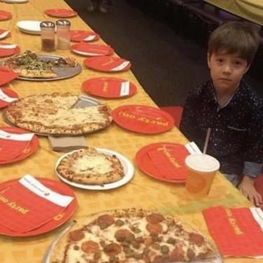 La desoladora imagen de un niño de seis años solo en su cumpleaños: invitó a 32 niños y no se presentó ninguno