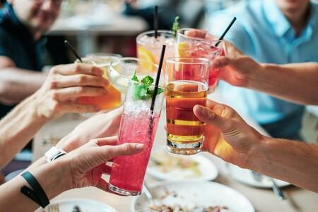 Las bebidas que más resacas producen y cómo evitar excesos en las fiestas de fin de año