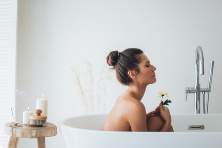 Te mereces darte un buen baño relajante y esto es todo lo que necesitas para hacerlo nivel Spa (en casa)