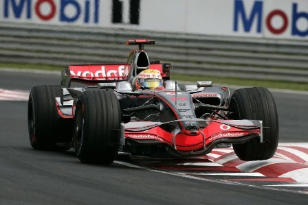 Lewis Hamilton sigue al frente en los terceros libres