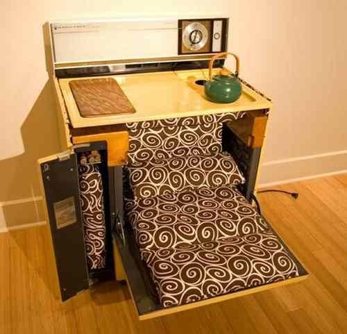 Foto de Una cocina retro convertida en sala de estar compacta (2/3)
