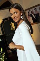 Las celebrities potencian su bronceado vistiéndose de blanco