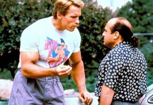 Schwarzenegger y DeVito en Los Gemelos Golpean Dos Veces