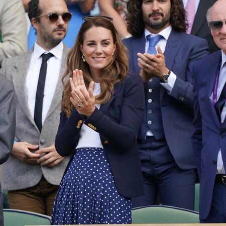 Kate Middleton apuesta por una falda midi de lunares ideal para asistir Wimbledon y se marca el tanto de la victoria