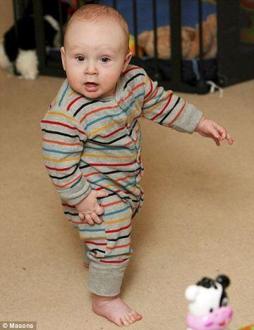 Un bebé de seis meses que ya camina