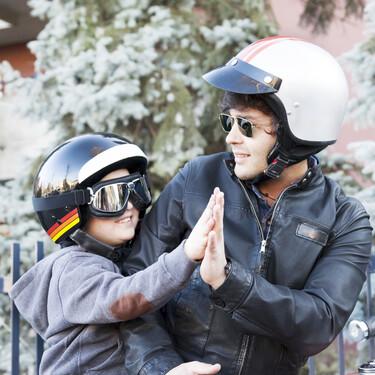 ¿Puedo llevar al colegio a mi hijo en moto?: a partir de qué edad se permite a los niños viajar en moto y qué tener en cuenta