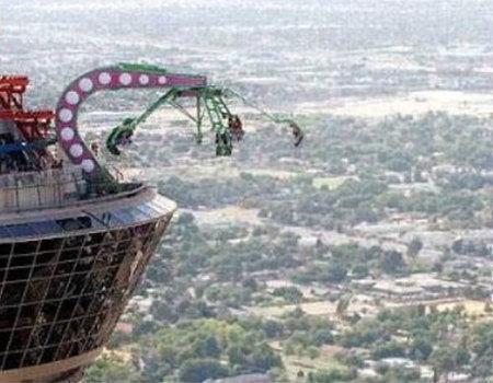 insanity the ride u un brazo mecnico que se abre y gira a velocidad g mientras te aleja metros de la torre
