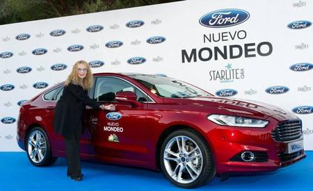 Mia Farrow firmando el Ford Mondeo