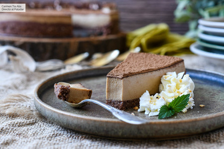Esta tarta de queso y café sin horno nos tiene enganchados, receta con vídeo incluido