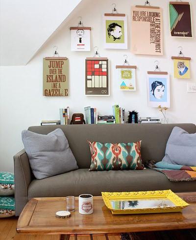 Una buena idea: cuelga tus fotos o diseños en perchas para decorar una pared