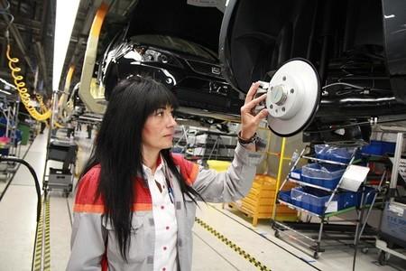Chicas que fabrican coches para chicos