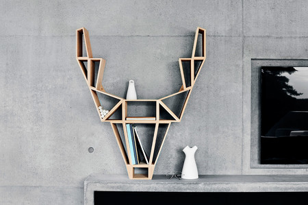 Este curioso estante moderno tiene una cabeza de ciervo