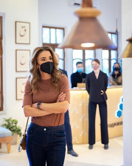 Rania de Jordania nos da una lección de estilo con unos pantalones vaqueros ideales para el día a día