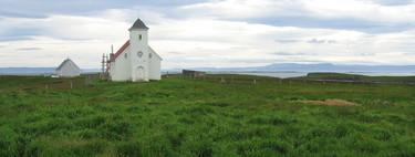 En esta pequeña isla islandesa viven cinco personas y hay un monasterio