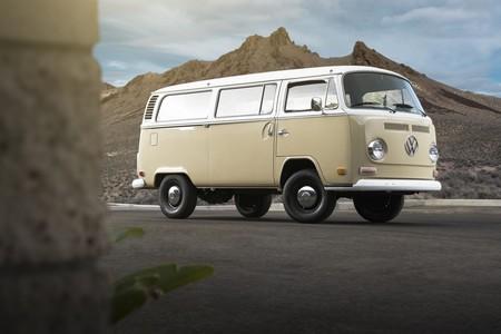 ¿Sacrilegio o genialidad? Volkswagen convierte una California T2 de 1972 en una furgoneta eléctrica con el motor de un e-Golf