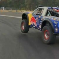 Dos autos corren dentro del Autódromo Hermanos Rodriguez en plena remodelación
