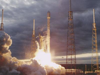 El Falcon 9 de SpaceX no sobrevive en su intento de aterrizar en la plataforma flotante