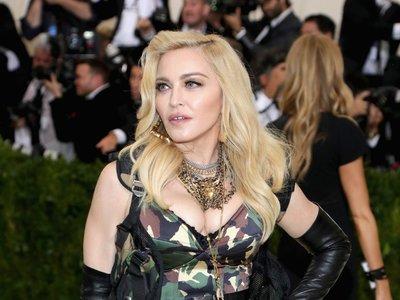 Madonna con look militar en la Gala MET 2017