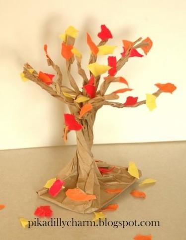 Manualidades con niños: haced juntos un árbol otoñal con una bolsa de cartón