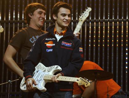 Pedrosa a la guitarra en la presentación de los pilotos Repsol