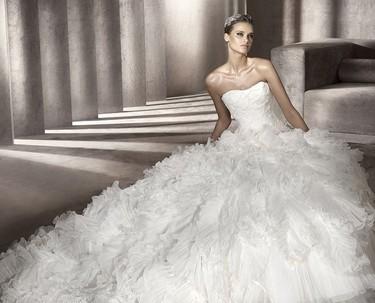 Pronovias, vestidos de novia 2012: blanca y radiante