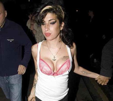 A Amy Winehouose le explotan los implantes