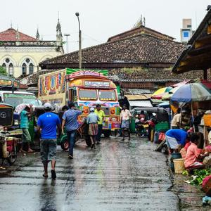 Pettah, la zona comercial más frenética y colorida de Colombo, Sri Lanka.