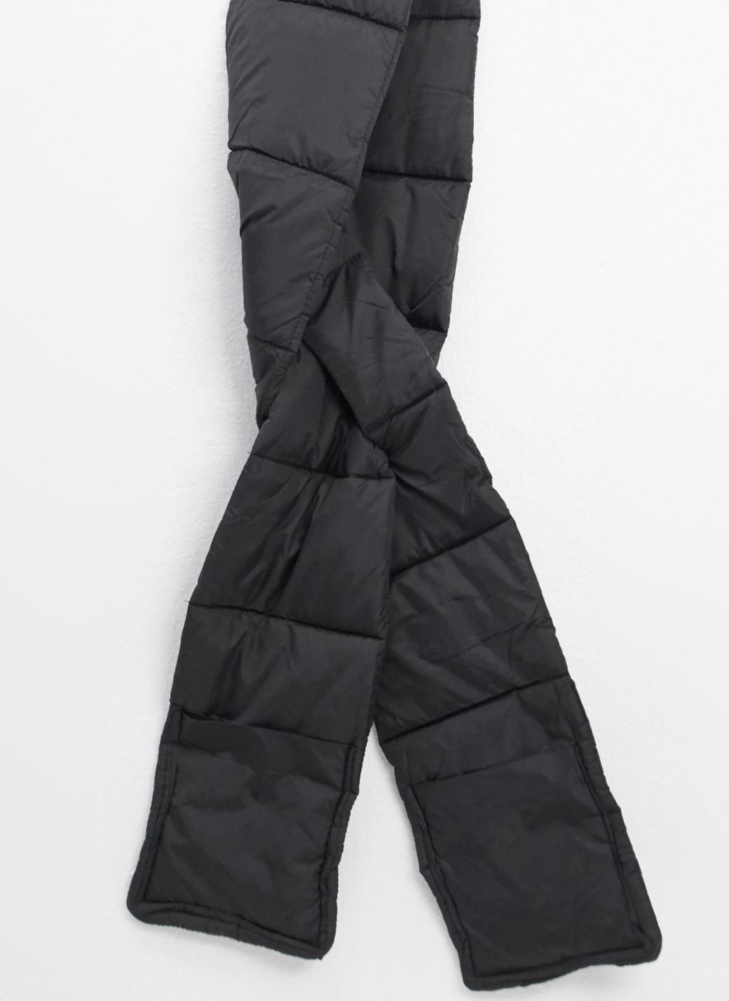 Bufanda negra acolchada con volumen de nylon de My Accessories London