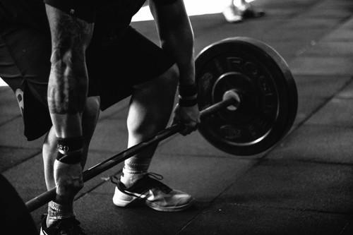 Las pesas no pueden faltar en tu rutina para adelgazar y te contamos por qué