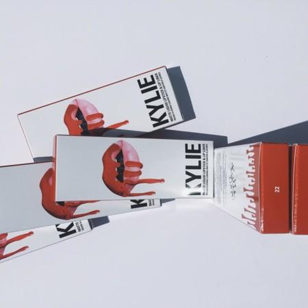 Kylie Jenner también apuesta por el naranja en su colección Lip Kit by Kylie