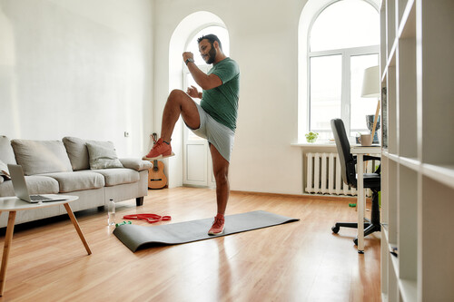 Siete ejercicios que puedes hacer en tu propia casa si estás buscando bajar de peso