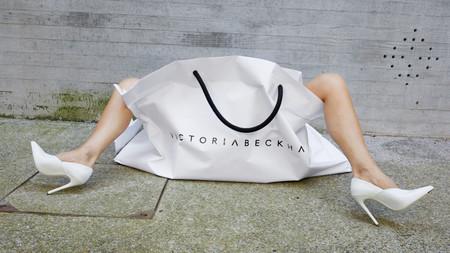 La nueva camiseta de Victoria Beckham tiene una buena historia detrás y tiene que ver con sus inicios en el mundo de la moda