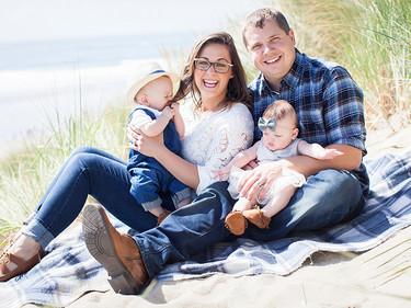 Una pareja comparte las fotografías de sus hijos durante su estancia en la UCIN para dar esperanza a otros padres