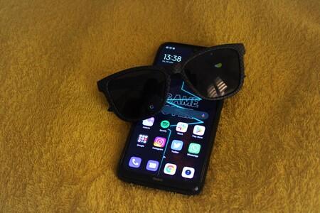 ¿Por qué no veo la pantalla del móvil con gafas de sol?