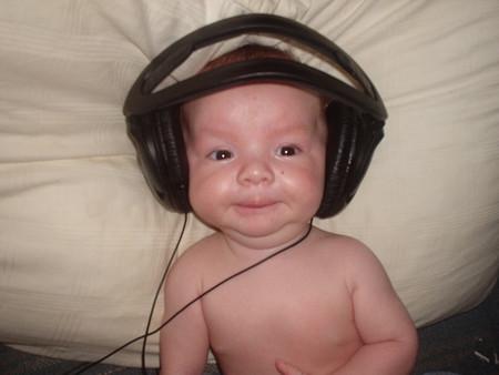 bebe con audifonos