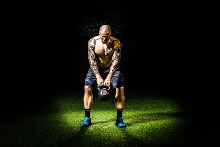Los mejores ejercicios con kettlebells o pesas rusas para trabajar hombros y espalda