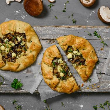 """Galette a las finas hierbas con setas siitake y queso gorgonzola, una receta """"redonda"""" de Lola Bernabé"""