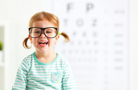 Si tu peque necesita gafas, estas son las situaciones en las que tendrás que ayudarle a llevarlas
