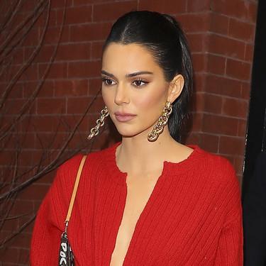 Solo Kendall Jenner podría encontrar la forma más sexy de llevar un cárdigan de abuela
