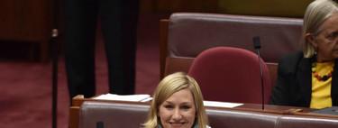 ¡Así sí! Una senadora australiana apareció amamantando a su bebé de dos meses en el Parlamento