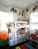 Puertas abiertas: dormitorio infantil con casas de pájaros