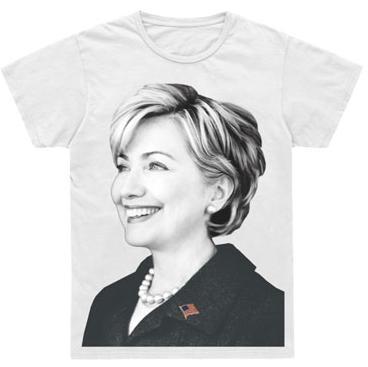Hillary Clinton en una camiseta de Marc Jacobs