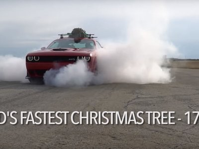 El árbol de Navidad más rápido del mundo ha viajado a lomos de un Dodge Challenger Hellcat... a 280 km/h